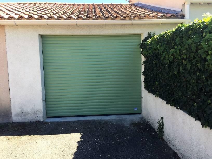 Installation d une porte de garage enroulable orange en for Pose d une porte de garage basculante